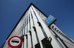 El logo de la OPEP, en la sede del organismo en Viena, Austria, 5 de junio de 2015. La OPEP mantendría en 2016 su producción de crudo y defendería su participación de mercado tras el acuerdo nuclear entre Teherán y potencias occidentales, dijeron delegados de miembros del grupo provenientes del Golfo Pérsico, porque no se prevé un retorno total del crudo iraní al mercado en el corto plazo. REUTERS/Heinz-Peter Bader