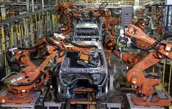 Brazos robóticos soldando un automóvil, en la planta de ensamblaje Warren Truck, en Warren, Michigan, 12 de septiembre de 2008. La producción fabril en Estados Unidos no registró avances por segundo mes consecutivo en junio, dijo el miércoles la Reserva Federal, en un informe que podría aumentar las preocupaciones de que la economía haya perdido cierto impulso hacia el final del segundo trimestre.  REUTERS/Rebecca Cook