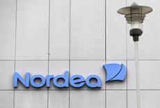 Логотип Nordea на здании центрального офиса банка в Латвии. Рига, 22 октября 2014 года. Nordea, крупнейший банк Северной Европы по рыночной стоимости, во втором квартале получил операционную прибыль выше прогнозов, но сообщил, что на депозитную маржу негативно повлияли низкие процентные ставки. REUTERS/Ints Kalnins