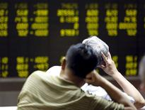 Inversores miran un tablero electrónico que muestra la información de las acciones, en una correduría en Beijing, China, 7 de julio de 2015. Las acciones chinas rebotaron el jueves luego de la fuerte corrección de la sesión anterior, pero la fuerte volatilidad del comercio refleja la cautela persistente de los inversores, incluso después de que una serie de medidas de rescate de Pekín logró frenar las venta de pánico. REUTERS/Kim Kyung-Hoon