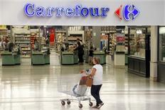 Carrefour, la cadena minorista más grande de Europa, anunció el jueves unas ventas en el segundo trimestre que reflejan un crecimiento más lento en su mercado doméstico francés y un debilitamiento en China, mientras que las ventas mejoraron en España y se mantuvieron robustas en Brasil. En la imagen, un cliente en una tienda de Carrefour en Bercy, cerca de París, el 29 de agosto de 2013. REUTERS/Charles Platiau