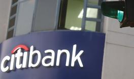Логотип Citibank. Ханой, 8 июля 2015 года. Citigroup Inc, третий крупнейший американский банк по активам, получил во втором квартале максимальную прибыль за восемь лет, так как реструктуризация и сокращение расходов окупили себя, а юридические расходы сократились. REUTERS/Kham