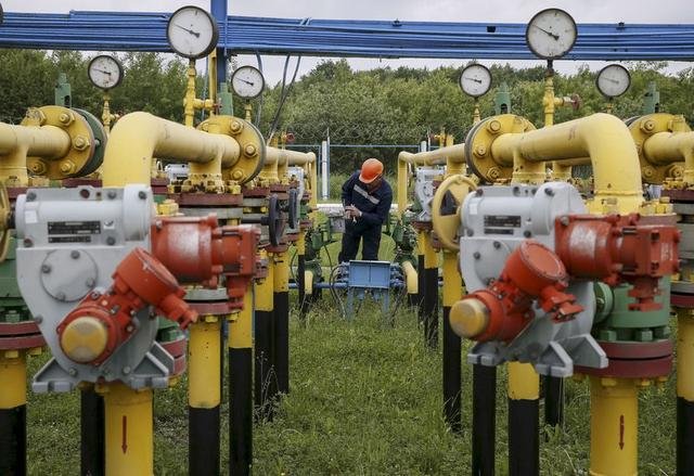 A worker checks equipment at an ''Dashava'' underground gas storage facility near Striy, Ukraine, in this May 28, 2015 file photo. REUTERS/Gleb Garanich/Files