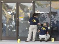 Agentes do FBI analisando cena do crime em Chattanooga, nos Estados Unidos.   17/07/2015    REUTERS/Tami Chappell