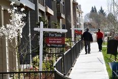 Casas a la venta, vistas en el área suroeste de Portland, Oregon, 20 de marzo de 2014. Los inicios de construcción de casas en Estados Unidos repuntaron con fuerza y los permisos de edificación aumentaron hasta acercarse a su mayor nivel en ocho años, en lecturas que apuntan a un rápido fortalecimiento del mercado inmobiliario. REUTERS/Steve Dipaola