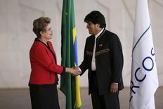 A presidente Dilma Rousseff cumprimenta o presidente da Bolívia, Evo Morales, durante cúpula de chefes de Estado do Mercosul e Países Associados, em Brasília, nesta sexta-feira. 17/07/2015 REUTERS/Ueslei Marcelino