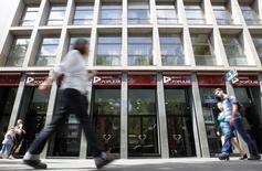 Charges élevées et rendements médiocres pourraient bientôt motiver une nouvelle vague de fusions et acquisitions dans le secteur bancaire espagnol. Parmi les banques les plus menacées d'être avalées par une concurrente, la plus grosse est Banco Popular, selon des sources bancaires. /Photo d'archives/REUTERS/Albert Gea