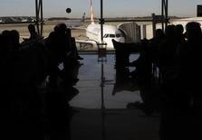 Пассажиры ждут начала посадки на рейс Germanwings в Барселоне 27 марта 2015 года. Вследствие катастрофы лайнера Germanwings все пилоты авиакомпаний должны проходить психологическое обследование и разрешить вносить данные о своих походах к врачам в общеевропейскую базу данных, следует из разработанных для ЕС рекомендаций.  REUTERS/Albert Gea