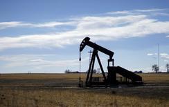 Una unidad de bombeo vista cerca de Denver, Colorado, 2 de febrero de 2015. Las exportaciones de crudo de Arabia Saudita cayeron en mayo a su nivel más bajo en cinco meses a pesar de una producción casi en un máximo histórico, en momentos en que el país de la OPEP busca convertirse en una potencia de combustibles refinados y ante un alza del consumo interno. REUTERS/Rick Wilking