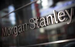 El logo de Morgan Stanley, en la sede de la compañía en Nueva York, 20 de enero de 2015. Morgan Stanley reportó el lunes una caída del 8,5 por ciento en sus ganancias trimestrales, afectado por un alza en los costos por compensaciones y debido a que el sexto mayor banco de Estados Unidos por activos tuvo que apartar efectivo para cubrir el pago de impuestos. REUTERS/Mike Segar