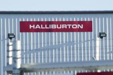 Un edificio de Halliburton, detrás de un alambrado, a las afueras de Williston, Dakota del Norte, 23 de enero de 2015. El proveedor de servicios petroleros Halliburton reportó el lunes una caída del 93 por ciento en sus ganancias trimestrales, dado que las compañías energéticas fueron impactadas por un profundo declive de los precios del crudo que redujo la actividad de perforaciones. REUTERS/Andrew Cullen