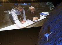 Paolo Ferri, jefe de la Misión Rosetta, reacciona luego del exitoso aterrizaje de la sonda Philae en el cometa 67P/Churyumov-Gerasimenko, en Darmstadt, 12 de noviembre de 2014. La sonda Philae ha quedado en silencio sobre un cometa, dijeron el lunes científicos europeos, generando temores de que se haya movido otra vez en su destino a millones de kilómetros de distancia de la Tierra. REUTERS/Ralph Orlowski