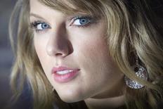 La cantante Taylor Swift a su llegada al 40 aniversario del programa Saturday Night Live en Nueva York, feb 15 2015. La cantante de pop Taylor Swift, el cantautor británico Ed Sheeran, la cantante de R&B Beyoncé, y el productor y DJ Mark Ronson lideran las nominaciones de los premios MTV de la música, dijo la cadena de cable el martes.     REUTERS/Carlo Allegri