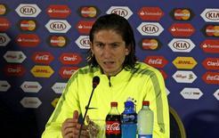 O jogador Filipe Luis concede entrevista coletiva no Estadio Ester Roa, em Concepción, no Chile, em junho. 26/06/2015 REUTERS/Carlos Garcia Rawlins