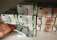 Moody's a révisé de négative à stable sa perspective pour le système bancaire français en raison de l'amélioration progressive de la conjoncture économique et de l'assainissement des bilans des banques. /Photo d'archives/REUTERS/Heinz-Peter Bader