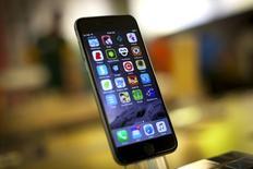 Un Apple iPhone 6, en la tienda de Apple de la Quinta Avenida, Manhattan, Nueva York, 21 de julio de 2015. Apple Inc pronosticó ingresos para el cuarto trimestre por debajo de las estimaciones, lo que hizo que sus acciones se hundieran un 8 por ciento en las operaciones posteriores al cierre, pese a informar sólidas ventas de iPhones. REUTERS/Mike Segar