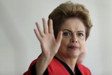 La presidenta de Brasil, Dilma Rousseff hace un gesto durante una cumbre de jefes de estado de MERCOSUR, en Brasilia, 17 de julio de 2015. La presidenta de Brasil, Dilma Rousseff, vetó un incremento salarial para los trabajadores del sector judicial debido al fuerte descenso de los ingresos del Gobierno, de acuerdo a una nota publicada el miércoles en la gaceta oficial. REUTERS/Ueslei Marcelino