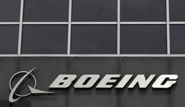 El logo de Boeing viste en su sede en Chicago, 24 de abril de 2013. Boeing reportó el miércoles una caída del 33 por ciento en sus ganancias trimestrales debido a un enorme cargo relacionado con su programa para un avión militar cisterna y redujo sus pronósticos de utilidades para 2015. REUTERS/Jim Young