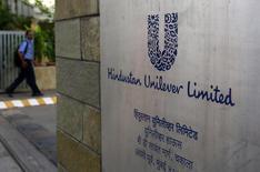 Unilever anunció el jueves unas ventas en el segundo trimestre mejores que las previstas, impulsadas por le buen funcionamiento de sus negocios de productos para el hogar y para el cuidado personal. En la imagen de archivo, un hombre llega a la sede de Hindustan Unilever Limited (HUL) en Mombai, el 14 de mayo de 2013. REUTERS/Danish Siddiqui