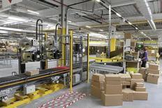 Amazon.com a réjoui Wall Street jeudi avec l'annonce d'un bénéfice inattendu au deuxième trimestre, grâce à une hausse de ses ventes en Amérique du Nord et à la croissance de son activité de services sur le web. Le géant du commerce en ligne a réalisé sur les trois mois au 30 juin un bénéfice de 92 millions de dollars (84 millions d'euros), à comparer à une perte de 126 millions (27 cents/action) un an plus tôt tandis que son chiffre d'affaires a augmenté de 19,9% à 23,19 milliards de dollars. /Photo d'archives/ REUTERS/Maciej Swierczynski/Agencja Gazeta