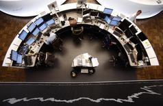 Les Bourses européennes repartent à la hausse vendredi à la mi-séance, soutenues dans l'ensemble par des résultats d'entreprises. À Paris, le CAC 40 gagne 0,42% à 5.108,85 points vers 10h30 GMT. À Londres, le FTSE avance de 0,16%.  /Photo d'archives/REUTERS/Lisi Niesner