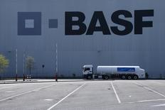 Caminhão em frente a armazém da companhia de químicos BASF. 23/04/2015 REUTERS/Ralph Orlowski