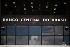 """La sede el Banco Central brasileño, en Brasilia, 15 de enero de 2014. Nuevos riesgos inflacionarios han surgido en Brasil y para el banco central la tarea """"primordial"""" es seguir vigilante para cumplir su meta de bajar la inflación al centro de la meta oficial el próximo año, dijo el viernes un director de la entidad, Luiz Pereira. REUTERS/Ueslei Marcelino"""