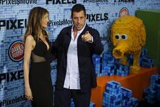 """Ator Adam Sandler e sua mulher, Jackie, em lançamento do filme """"Pixels"""" em Nova York. 18/7/2015.   REUTERS/Eduardo Munoz"""