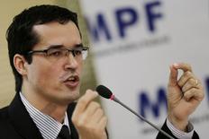 Coordenador da força-tarefa da Lava Jato, o promotor Deltan Dallagnol anuncia propostas do Ministério Público Federal para combater a corrupção no Brasil, em Brasília, em março. 20/03/2015 REUTERS/Ueslei Marcelino