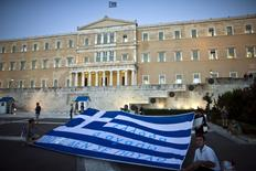 Manifestantes contrários às medidas de austeridade exibem bandeira gigante da Grécia em frente ao Parlamento, em Atenas, nesta semana. 22/07/2015 REUTERS/Ronen Zvulun