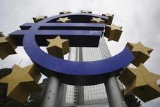 Una escultura con el símbolo del euro, frente a la sede del antiguo Banco Central Europeo, en Fráncfort, el 10 de junio de 2010. Los préstamos a los hogares y las empresas de la zona euro se recuperaron ligeramente en junio, mostraron el lunes datos del Banco Central Europeo. REUTERS/Ralph Orlowski