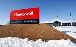 El logo corporativo de Honeywell, afuera de una de sus plantas de manufacturas en Golden Valley, Minnesota, 28 de enero de 2010. Honeywell International Inc dijo que comprará el negocio Elster de medidores de servicios públicos a la firma británica Melrose Industries Plc por 3.300 millones de libras esterlinas (5.140 millones de dólares) para impulsar su presencia en regiones de alto crecimiento. REUTERS/ Eric Miller