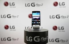 Le groupe sud-coréenLG Electronics a annoncé que son bénéfice au deuxième trimestre avait plongé de 60% pour s'établir en deçà des attentes, sous l'effet d'un recul de ses ventes de smartphones et de téléviseurs dans un contexte de concurrence accrue. Le numéro deux mondial des téléviseurs derrière son compatriote Samsung Electronics, a vu son résultat d'exploitation chuter à 244 milliards de wons (190 millions d'euros) contre 610 milliards de wons un an plus tôt. /Photo d'archives/REUTERS/Kim Hong-Ji