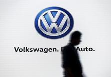Un hombre camina junto a una pantalla que muestra el logo de Volkswagen, en un evento en Nueva Delhi, India, 23 de junio de  2015. Volkswagen reportó un aumento de un 4,9 por ciento en sus ganancias del segundo trimestre, al beneficiarse por la mejora en la demanda de automóviles en los mercados de Europa occidental y por unos recortes de costos. REUTERS/Anindito Mukherjee