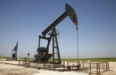 Станок-качалка в Сирии. 2 апреля 2010 года. Цены на нефть растут за счет неожиданно сильного снижения запасов нефти и бензина в США. REUTERS/Stringer