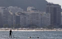 Homem no stand up na praia de Copacabana no Rio de Janeiro. 30/7/2015.  REUTERS/Sergio Moraes