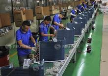 Empleados trabajando en la línea de producción de una fábrica de la marca Gree, en Manaos, 24 de junio de 2014. La producción industrial de Brasil cayó un 0,3 por ciento en junio respecto a mayo, informó el martes el gubernamental Instituto Brasileño de Geografía y Estadística (IBGE). REUTERS/Jianan Yu