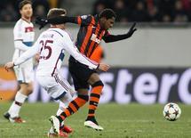 Fred, do Shakhtar Donetsk (preto e laranja), em partida contra o Bayern de Munique, na Ucrânia.  17/02/2015       REUTERS/Valentyn Ogirenko