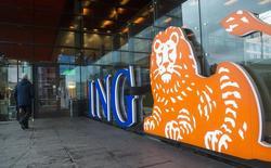 Un hombre afuera de una sucursal de ING Group, en Amsterdam, 9 de enero de 2014. ING, el mayor prestamista holandés, reportó el miércoles unas ganancias en el segundo trimestre en línea con las expectativas de los analistas, gracias a un sólido crecimiento de los préstamos y los depósitos en medio de una recuperación europea. REUTERS/Toussaint Kluiters/United Photos