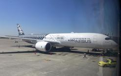 Airbus a engrangé 367 commandes nettes de janvier à juillet après annulation de 41 commandes, dont sept pour son nouveau long-courrier A350. /Photo prise le 18 mai 2015//REUTERS/Pichi Chuang