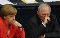 La cancilller alemana Angela Merkel, y el ministro de Finanzas, Wolfgang Schaeuble, durante una sesión en el parlamento alemán, en Berlín, 17 de julio de 2015. El Gobierno alemán tiene crecientes dudas de que se pueda alcanzar un acuerdo sobre el rescate multimillonario a Grecia en las próximas dos semanas, lo que significa que Atenas necesitaría asegurarse un crédito puente, informó el diario Bild el jueves. REUTERS/Axel Schmidt