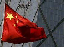 Una bandera de China en un distrito comercial en Beijing, 20 de abril de 2015. La actividad de China está creciendo a un ritmo que equivale a solo la mitad de lo que muestran los datos oficiales, o incluso menos, de acuerdo con inversores extranjeros y analistas que sospechan cada vez más de cómo puede ser que la segunda economía del mundo se mida de manera tan rápida y precisa. REUTERS/Kim Kyung-Hoon