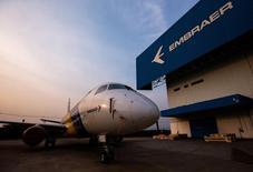 Un avión E-175 de la brasieña Embraer, en la fábrica de la empresa, en Sao Jose dos Campos, 16 de octubre de 2014. El fabricante brasileño de aeronaves Embraer SA dijo el viernes que la producción de su línea de aviones ejecutivos Legacy 450/500 migraría a una planta de ensamblaje en Florida, y que espera que la primera entrega se realice a fin de 2016. REUTERS/Roosevelt Cassio