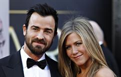 Atriz Jennifer Aniston e o marido, Justin Theroux, em Hollywood. 24/02/2013  REUTERS/Lucas Jackson