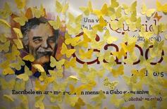 Decenas de mensajes en un cartel con el nombre del escritor colombiano Gabriel García Márquez, en el primer aniversario de su muerte, en una librería en Ciudad de México, el 17 de abril de 2015. Los restos del escritor colombiano Gabriel García Márquez reposarán desde diciembre próximo en la plazoleta de un claustro universitario de la ciudad de Cartagena por decisión de su familia, informó el martes un funcionario gubernamental. REUTERS/Henry Romero
