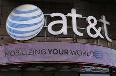 Una tienda de AT&T en Nueva York, oct 29 2014. AT&T Inc dijo el miércoles que espera un aumento de los ingresos, las ganancias y el flujo de caja libre hacia el 2018, pero prevé un mayor gasto de capital luego de haber comprado DirecTV y por sus inversiones en México.  REUTERS/Shannon Stapleton