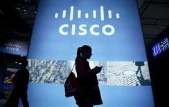 Un visitante camina junto a un panel que promocional de Cisco, en el Congreso Mundial de Móviles en Barcelona, 27 de febrero de 2014. El fabricante de equipos de red Cisco Systems Inc reportó ingresos y utilidades trimestrales mayores que lo esperado, principalmente gracias a una fuerte recuperación de la demanda de routers y switchers. REUTERS/Albert Gea/Files