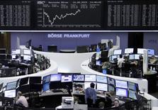 Operadores trabajando en la Bolsa de Fráncfort, Alemania, 10 de agosto de 2015. Las acciones europeas se recuperaron el jueves tras perder un 4 por ciento en la semana, acompañando el repunte global de las bolsas tras los esfuerzos del banco central de China por desacelerar el ritmo de una depreciación del yuan que ha sacudido a los mercados de todo el mundo. REUTERS/Staff/remote