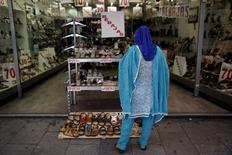 Женщина у витрины магазина обуви в Мадриде. 29 июля 2015 года. Экономика еврозоны выросла во втором квартале не так сильно, как ожидалось, свидетельствует предварительная оценка европейского статистического агентства, опубликованная в пятницу. REUTERS/Susana Vera