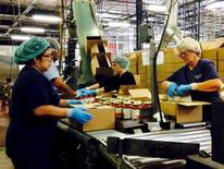 Trabajadores empaquetan frascos con salsa de tomates, en una planta de Chelten House Products, en Bridgeport, Nueva Jersey, 27 de julio de 2015. La actividad manufacturera en el estado de Nueva York cayó en agosto a su nivel más bajo desde el 2009 debido a fuertes retrocesos en los segmentos de nuevos pedidos y embarques, mostró el lunes un sondeo de la Reserva Federal de Nueva York. REUTERS/Jonathan Spicer